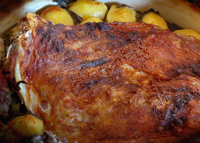 Агнешко с картофи и пресен лук