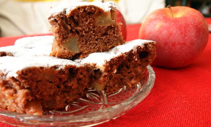 Шоколадов сладкиш с ябълки, неочаквано добра комбинация