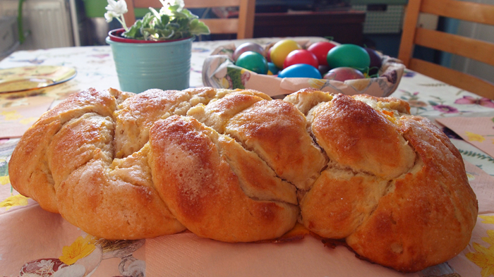 Великденски козунак омесен в хлебопекарна